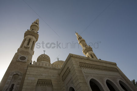 Religion : Uae dubai the jumeirah mosque the only mosque which non-muslims are permitted to visit