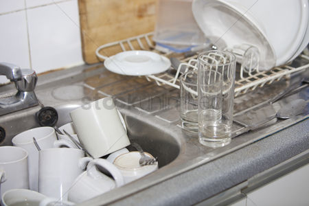 Pile : Washing-up in office kitchen sink