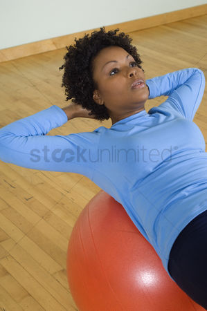 Workout : Woman doing sit-ups with exercise ball