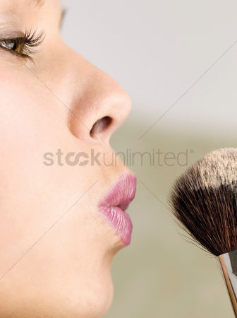 Blow up : Woman dusting powder