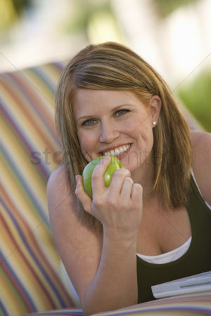 Gaze : Woman eating apple