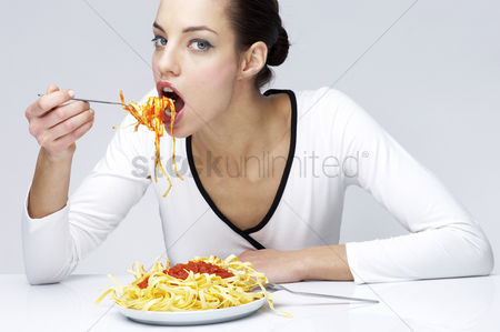 Appetite : Woman eating pasta