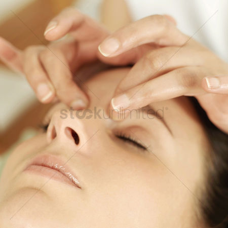 Relaxing : Woman enjoying a head massage