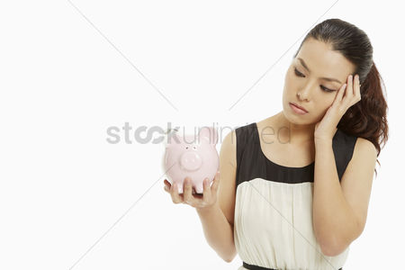 Pain : Woman gesturing and holding up a piggy bank