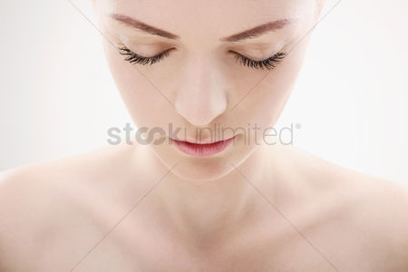 Head shot : Woman looking down with her eyes closed