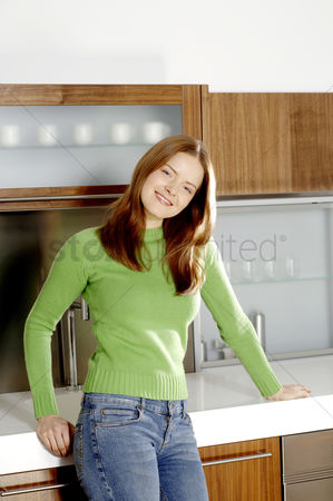 Tidy : Woman posing in the kitchen