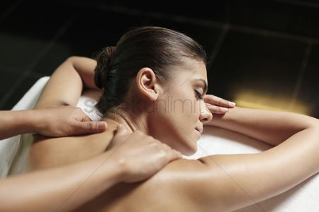 Refreshment : Woman receiving a back massage