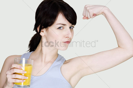 Body : Woman showing off her muscle