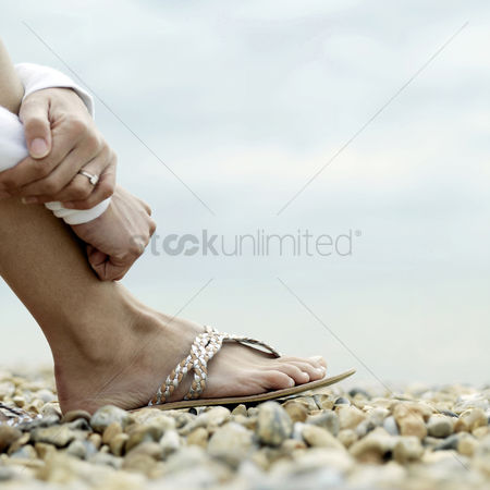 Relaxing : Woman sitting on the beach
