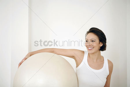Mature : Woman with fitness ball