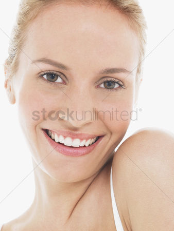 Posing : Young blonde woman smiling portrait