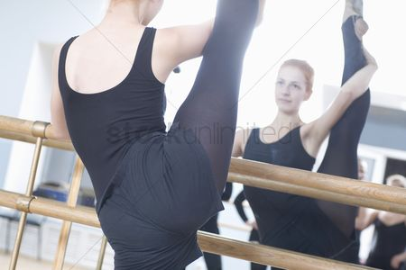 Dance : Young woman stretches into the splits
